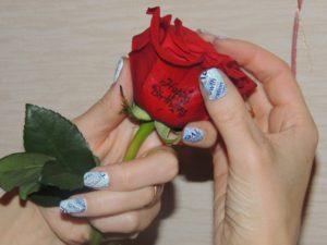 Печать на цветах и ногтях