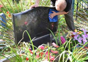 Уход за могилами чужих людей
